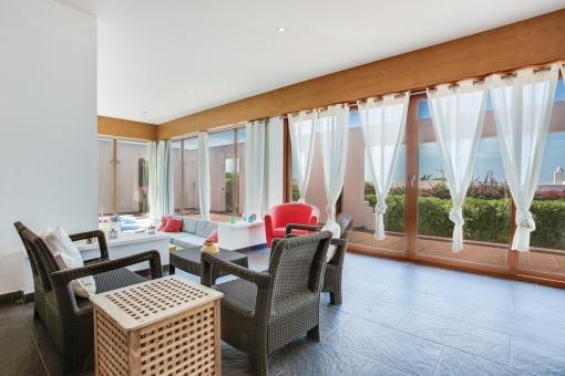 Área de estar con ventanas panorámicas