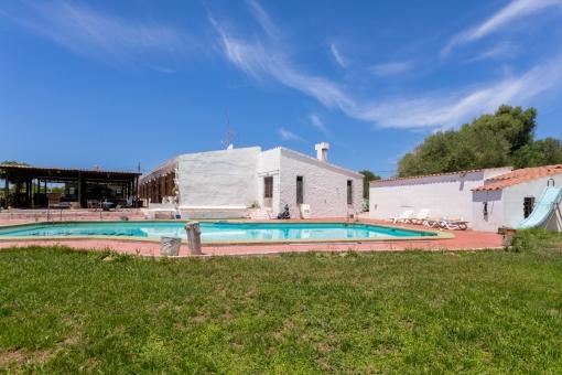 Jardín y área de piscina