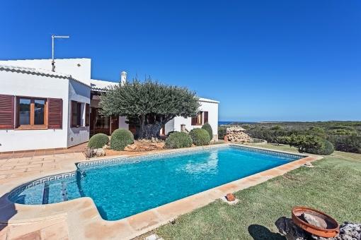 Maravillosa y lujosa propiedad con piscina con vista al mar y rodeada por la reserva natural de Cala Morell