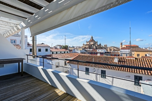 Sophisticated apartment on 3 levels in the old town, with 2 large balconies and views over the rooftops and the harbour of Mahon