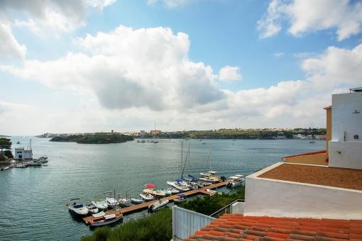 Casa para reformar con vistas al mar y al embarcadero, directamente en la bahía del puerto de Mahón en Cala Partió