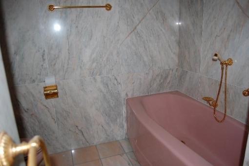 Natursteinbadezimmer mit Wanne.png
