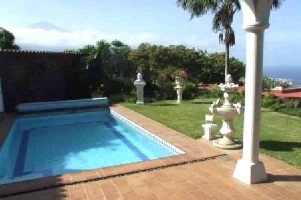 Terrace - swimming pool - garden