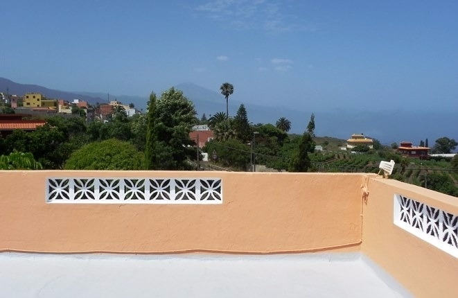 Traditional finca with 3500 m2 of land, a cosy patio and large terraces with sea and Teide views
