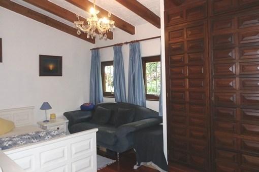 Gemütlicher Gästebereich mit hoher Balkendecke und Einbauschrank