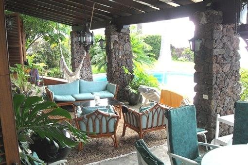 Überdachte und freie Terrassen am Pool