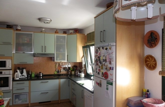The fully equipped kitchen from a different perspective