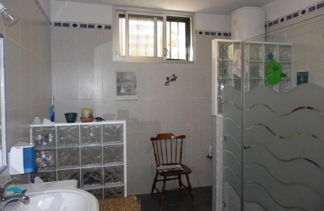 Spacious bathroom with shower, bidet, toilet and 2 sinks
