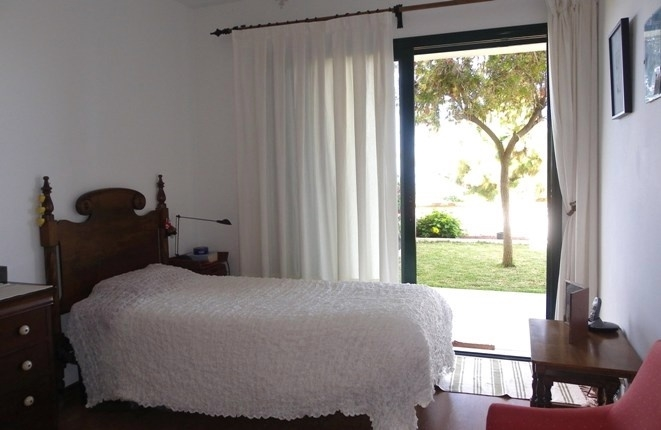 Bedroom to the terrace and garden