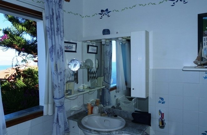 Bathroom with lots of light, air and sea views