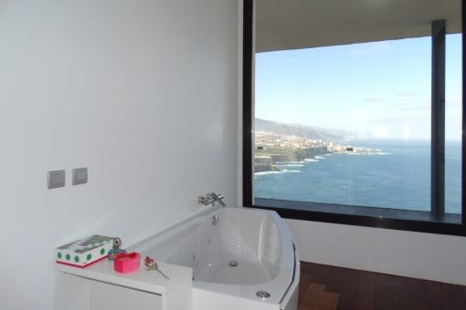 Whirlpool bath with panoramic view