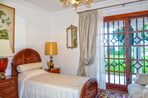 Schlafzimmer mit Einzelbetten und direktem Zugang zum Garten