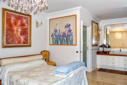 Großzügiges Schlafzimmer mit Einbauschrank und Badezimmer en Suite