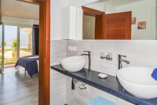 Helles Badezimmer en Suite mit 2 Becken