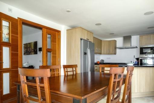Herrlicher Essbereich mit Tisch und Stühlen aus Holz