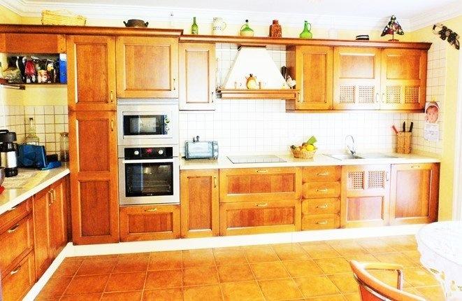 Die helle und geräumige Küche
