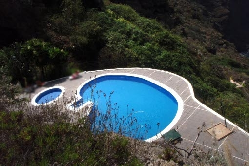Well maintained communal pool with seperate children´s pool