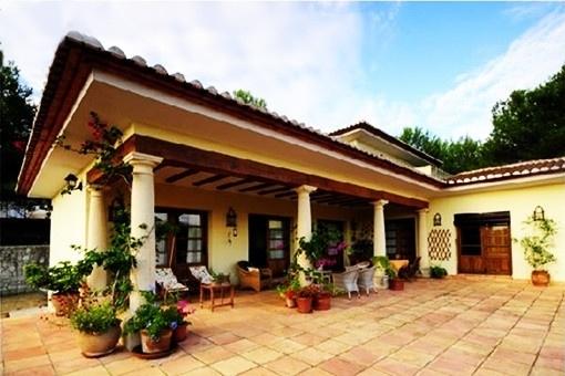 Die großartige, teils überdachte Terrasse